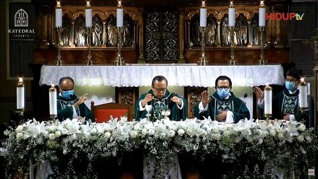 Misa Pembukaan Awal Tahun 2021 dipimpin oleh Mgr. Ignastius Kardinal Suharyo, Uskup Keuskupan Agung Jakarta dan Ketua Konferensi Waligereja Indonesia; didampingi Romo Paulus C Siswantoko, Ketua I LP3KN; Romo John Rusae, Ketua II LP3KN; Romo Agustinus H Wibowo, Ketua III LP3KN. (Dokumentasi LP3KN)